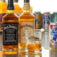 「Pabst Blue Ribbon」をはじめとした海外ビールに、「JACK DANIELS」などのウイスキーも多彩。