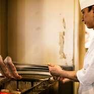 「焼きたての熱々を食べてほしい」という思いから、料理はすべてオーダーが入ってからつくりはじめるこだわりよう。鰻は朝仕入れたものを焼き師がさばいて、串打ちしているので、鮮度抜群です。