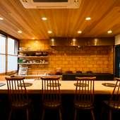 熟練の料理人の技を眺められる全6席のカウンター