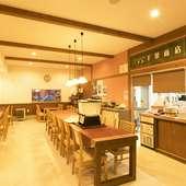 清潔感あふれる広々空間で、ゆったりマイペースに食事を楽しめる