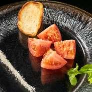 """""""トマトのフランベ""""から始まる匠ならではのおもてなしの一品となっております。"""