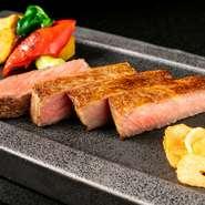 希少価値が高く、幻の和牛とも謳われている能登牛。肉質もキメ細かく上質で、とろけるような柔らかさです。熟練の技術を駆使し、最高級の焼き加減で、音・香りと五感でおいしさを堪能できる逸品に。