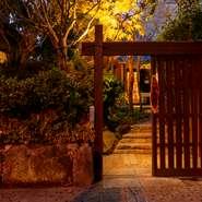"""住宅街の中にあり、一見しただけでは見落としてしまいそうな、隠れ家風の出で立ち。""""古き良き日本""""を彷彿させる佇まいで、日頃の悩みも忘れさせてくれそうです。夜にはライトアップされた庭も楽しめます。"""