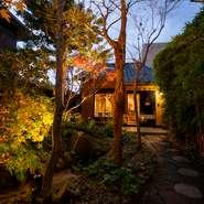 """古民家を改装している【旬や みなくち】。門をくぐって店に入るまでは美しい庭があり、""""古き良き日本""""を感じさせてくれます。都会の喧騒から離れ、落ち着いた空間の中でゆったり過ごせます。"""