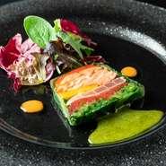 新鮮な青野菜、スモークサーモンと鮪のテリーヌをそれぞれにあった別々のソースでいただけます。さまざまな味が楽しめる料理人の遊び心を感じる一皿です。