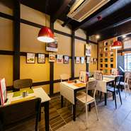 江戸時代に建てられた古民家をリノベーションした店内は、木の梁や石畳の床などに風情を感じるスタイリッシュ空間。ポップな小物や洋風の食器なども不思議と馴染む、おしゃれなインテリアが楽しめます。