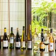 ワイン特有のえぐみが少なく自然なフルーティさが楽しめる自然派ワインは、アルコール度が低めで二日酔いしづらいのも特徴。ワインが苦手な人にもオススメです。車での来店者にノンアルコールワインも10種を厳選。