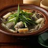 すっぽんは佐賀県産の最上質な「はがくれすっぽん」のみを使用。醍醐味となる丸鍋(すっぽん鍋)は、水・酒・天然利尻昆布・塩だけの味付けで、すっぽん本来の旨みと滋味を引き出し。牛蒡・葱など具材もシンプル。