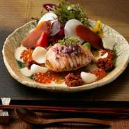 コース料理はこんな贅沢な一皿からスタート。写真は冬の味覚『香箱蟹のサラダ仕立て』。前菜にも旬の高級食材を使うのが【ふるとり】ならでは。 春は山菜や旬魚、夏は鱧や貝、秋は松茸などが登場します。