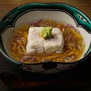 リピートする方が続出の単品料理。香ばしく濃厚な胡麻豆腐を絶妙な火加減で焼き上げ、しみじみと美味しい食感に。季節に応じて替わるアレンジも楽しみで、コースにプラスしたい一品です。写真は冬季の菊花あんかけ。