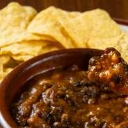 国産牛のあらびきとたっぷりの野菜をスパイスと共に煮込んだものに、タコスをディップするメキシコ定番の料理です。丸2日かけて煮込み、味が染みこんだ逸品です。カレーのような見た目と味で、食べ応え抜群です!