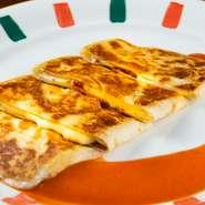 チーズとベーコンを柔らかい生地で包んだ『ブリトー』。メキシコではお米などを入れて、しっかりとした食べ応えのある料理という認識ですが、ここではおかずやつまみになる食べやすさが魅力です。