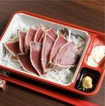 鮮度抜群のカツオはモチモチの食感です!九州の甘醤油と胡麻油で!