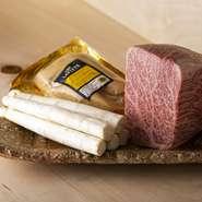 臭みがなく、とろける脂もおいしい「ラフィット」のフォアグラなどの食材は【北島亭】時代から続けて愛用。その一方で、赤身の力強さがある飛騨「飛び牛」のイチボなど、柔軟に今の自分に適した食材も調達します。