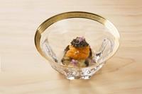 贅沢な海の幸の味わいが重なり合う、祝い肴にふさわしい『蒸し鮑 塩水雲丹 キャビア』