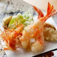 穴子や車海老などの魚介は活きたまま仕入れ、その日の予約分だけ捌くため、新鮮そのもの。野菜は珍しい種類を豊洲で買い付けるほか、茨城県水戸の畑から毎週届く採れたての野菜も使用しています。