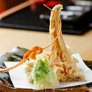 20品以上が盛り込まれた『天ぷらコース』は、ビジネスシーンにも最適。どの料理も完成度が高く、コストパフォーマンス抜群です。通常のコースのほか、予約限定の『天ぷら・田村牛コース』もあります。