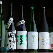 バーテンダーの経験もある川上氏が、純米吟醸や超辛口純米、うすにごりなど、6種類の日本酒をセレクト。季節の素材を使った小鉢と相性抜群です。このほか、クラフトビールや自然派ワインなども人気。