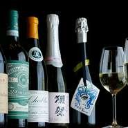 自然派ワインをはじめ、和食に合うワインを厳選。米の甘みを生かした獺祭のスパークリングも用意しています。1本2000円でワインの持ち込みも可能。年に3~4回、シャンパンの会も開催します。