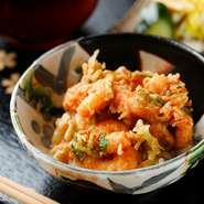 〆の食事は、『天丼』『天茶漬け』『かき揚げ+ご飯』の3種類からチョイス。人気の『天丼』は、車海老の殻と鰹節からとった出汁ベースのタレが味の決め手です。食べきれない場合は持ち帰りもOK。