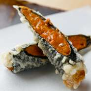 ウニの旨みと磯の風味豊かな海苔がマッチ。贅沢な逸品ながら、手頃なコースで味わえるのも魅力です。揚げ油は、薄口ごま油とコーン油を独自にブレンド。ほのかなごまの香りが、素材本来の持ち味を引き立てます。