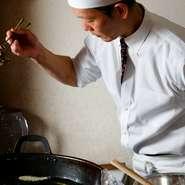 天ぷらを揚げる前に、お客様に食材を見せて丁寧に説明するのがモットー。食材の背景やストーリーについてもわかりやすく伝えて、より美味しく味わってもらえるよう努力しています。