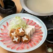 豊洲市場から毎朝仕入れている最高級の金目鯛です。出汁も金目鯛のアラから取っておりますので絶品です。  ※2人前から承ります 2728円(税込)