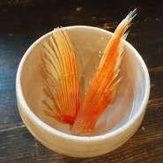 金目鯛のひれにマッチを使って火をつけます。香ばしさと金目鯛特有の旨味が味わえる絶品。