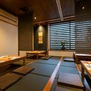 掘りごたつ式の座敷席は、40名まで収容できます。ロールスクリーンで仕切れば、半個室4つに。部屋の構成を変更することで、少人数での食事から大人数での宴会まで、幅広い用途に対応してくれます。