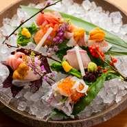 10種類の旬の造りを味わえる贅沢な逸品。シェフ自ら毎朝市場に足を運び、その日水揚げされた魚から厳選されています。季節や仕入れ状況により内容は変わり、その時々の旬を逃すことなく味わえるのが魅力です。