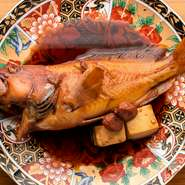 """""""幻の魚""""とも呼ばれる、和歌山の地魚赤っぽ。脂ののった身は弾力があり、上品な味わいを楽しめるのが特長です。この店では注文のたびに水槽から揚げて捌き、煮付けのほか、要望に合わせた料理に対応してくれます。"""