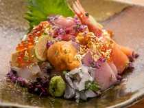金箔があしらわれ、贅沢な気分を味わえる『特上海鮮丼』