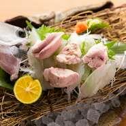 """和歌山では""""はげ""""と呼ばれるカワハギの造り。市場で仕入れた後は店の水槽で泳がせ、注文を受けてから捌いて提供してくれます。造りの上には、肝をのせて。新鮮な肝の旨さを味わってもらいたいからだそうです。"""