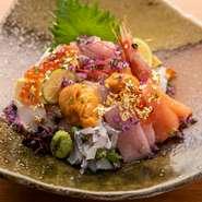 毎朝シェフ自ら市場に出向き、目利きで仕入れる和歌山の地物を中心とした新鮮な魚介。勝浦の鮪や串本の鮑をはじめ、信頼の置ける仲介人や専門店より仕入れる素材はクオリティが高く、その味わいは格別です。