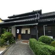旅館として愛され続けてきた日本家屋をリノベーションした和風料理店です。黒板で設えられた外観は、凜とした佇まい。襖絵や欄間にも創業当時の面影を残し、流れゆく歴史の長さや趣きの深さを感じさせてくれます。