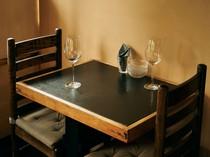 フランスの料理店を思わせる2人掛けテーブル席