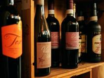 店内を彩るワインボトル