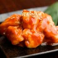 味噌ダレは店主が独自に数種類の味噌をブレンドし完成させたオリジナル。マイルドな味わいで、ご飯やお酒との相性も抜群です。噛むほどに上質な脂の旨みが広がるのは和牛ならでは。