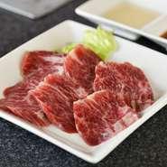 A5ランクの黒毛和牛を使用した贅沢な『黒毛和牛』。特上ハラミという牛の横隔膜の部分の肉を厳選しています。肉質の良さはもちろん、リーズナブルな価格で堪能できることも大きな魅力。ぜひ食べておきたい一皿です。