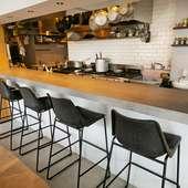 カウンター席を用意。目の前で繰り広げられる調理風景も楽しみ