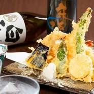 海老に穴子、そして季節の野菜が楽しめる一皿。冷凍物は使わず、すべて旬の新鮮なものばかりが揃えられています。金目鯛の天ぷらなど、珍しい魚に出合えることも。天つゆには自家製のかつおだしが使われています。