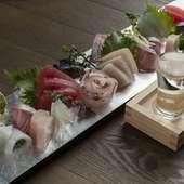 新鮮な魚を丁寧に下処理し、旨みが出る絶妙なタイミングで提供する『鮮魚の盛り合わせ』