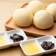 パスタで使われる「デュラムセモリナ粉」を使って、コロコロと丸いパンがつくられます。中はもっちり、外はカリカリ。「自家製ジャム」と「エクストラバージンオリーブオイル」でいただきます。