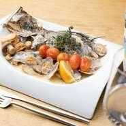 瀬戸内海で水揚げされた新鮮な魚。広島は海に面しているため、鮮魚が手に入りやすい地域でもあります。アクアパッツァに欠かせない白ワインは、県北にある【三次ワイナリー】から買い付けています。