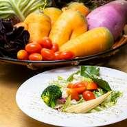 【安芸の山里農園 はなあふ】で生産された旬の野菜を中心に仕入れています。種類が揃わないときは他から仕入れることもありますが、「有機・無農薬野菜」であることは必須条件となっています。