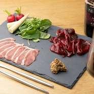 ジビエは、東広島市ジビエセンターの「栄肉」のみを使用。自社で捕獲したジビエを「栄肉」というブランドで販売しています。そのため、新鮮で品質にもこだわったジビエを安定して仕入れることが出来ます。