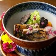 ボリュームのある北海道産の大穴子を柔らかく煮て、長野県の農園から届く旬の野菜と共に仕上げています。とろける穴子の旨みとトリュフの香り。和食を基本として創作を加えた、このお店の真骨頂ともいえる一皿です。