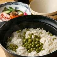 旬の魚介や直送野菜を使用した炊き込みご飯や銀シャリを、季節に応じて提供しています。