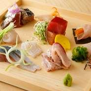 柳橋市場から仕入れたものや函館漁港直送の新鮮魚介を贅沢に盛り合わせたお造りです。
