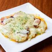 鉄板でチーズやベーコンが踊る『青ひげ特製 焼ポテトサラダ』